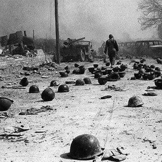 نگاره:  صاحبان این کلاهها سرها دادند تا هموطن خوزستانی خرمشهری امروز همچنان با افتخار ایرانی باشد. قهرمانانی که همواره «سران» ما میمانند و هیچ گاه فراموششان نخواهیم کرد.