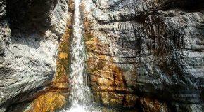 نگاره:  از میان سنگها، رنگها، نورها و سایهها، آب میریخت: آرام، جاودانه و خوش صدا
